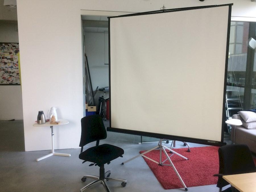 Rent Projectiescherm 170 x ... from LUMINEUS V.O.F.