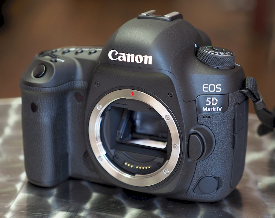 Rent a Canon EOS 5D MkIV in Ten Boer from Jan