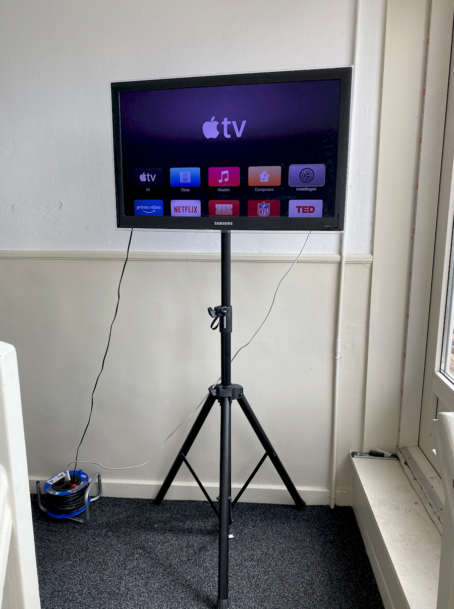 """Rent TV 32"""" op standaard from V.O.F. AUDIONERDS"""