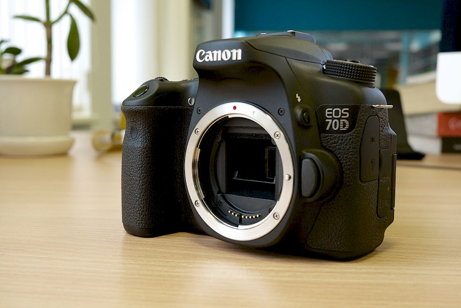Huur een Canon 70D DSLR + Canon lens 18-55mm + 16gb SDcard + charger in Rotterdam van Raz
